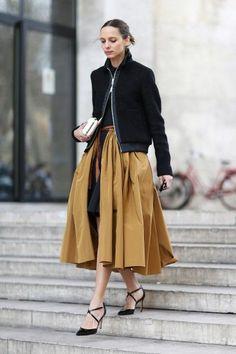 Outfit: Midi Rock in gold, Cognac mit schwarzer Bomberjacke.