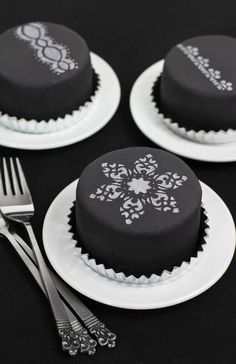 Black and white mini cakes {one for each guest!}