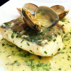 Esta receta de merluza en salsa verde con almejas es la del Restaurante La Raza en Sevilla, uno de los grandes platos de la casa. La receta es sencilla.