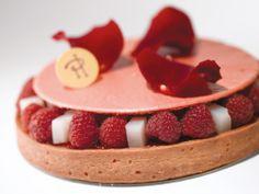 tarte ispahan , PH 2012: pâte sablée, crème d'amande à la rose et au letchi, framboises fraîches, gelée de letchis, macaron à la rose