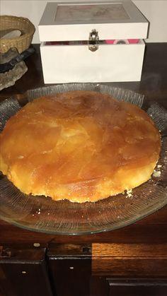 Torta de manzanas by Caro : ingredientes 6 manzanas verdes,dos tazas de azúcar, dos de harina , 100 g de manteca . Procedimiento : pelar y cortar las manzanas en láminas, dar un hervor suave con azúcar y una cucharada de agua . Hacer caramelo y forrar una tartera mediana , colocar las manzanas y hacer un arenado con la manteca el azúcar y la harina , colocar esto sobre las manzanas y hornear hasta dorar .