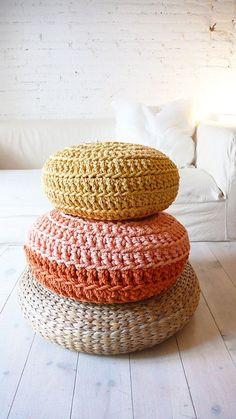 Efterår er, for mig også lig med, at sidde i sofaen og nørkle med enten strikkepinde eller hæklenål. For det er nemlig det dette håndværk kan. Man kan sidde helt afslappet i sofaen og samtidig være kreativ. What's no to love :) For tiden har jeg mest lyst til at kaste mig over hæklingen, og …