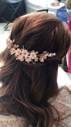 The blossom headpiece for the sweet romantic brides | Handmade in Italy #JonidaRipani #bridalheadband #bridalcomb #bridalhair #bridaljewelry #halfuplonghairstyles