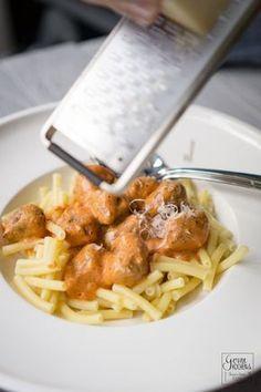 Rezept: Pasta mit Tomaten-Mascarpone-Sauce und Hackbällchen - gernekochen.de