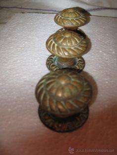 Lote de 3 tiradores antiguos de bronce, 30 €