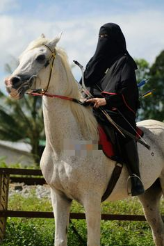 Niqabi muslimah archer