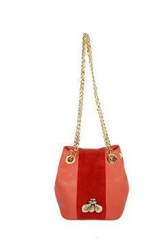 Bucket pequeño piel geranio y tira central serraje rojo con insecto de latón. Fornituras doradas