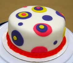 Easy how-to: decorate a cake with fondant