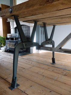 Een stalen frame tafel is een prachtige tafel met een stalen frame en een houten blad erop. Of je nu..