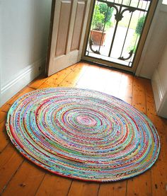 How to sew a fabric rug : Tutorial I LOVE the looks of this rug - I think I need one for my kitchen, and maybe the front hall as well! how to sew a fabric rug Fabric Bowls, Fabric Rug, Fabric Crafts, Sewing Crafts, Sewing Projects, Diy Crafts, Sewing Tutorials, Scrap Fabric Projects, Tutorial Sewing