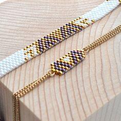 ALIA et ALPHA en violet, blanc et or. Dispo sur la boutique. En perles de verre japonaises, chaîne et fermoir en plaqué or. #artisticbracelet #bijoux #bracelet #handmade #madeinfrance #mode #or #violet #blanc