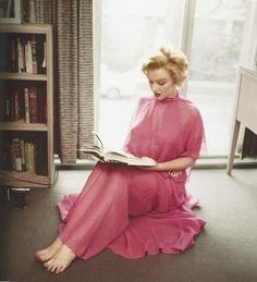 Monroe reads.      Marilyn Monroe photography