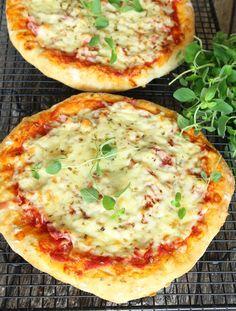Superläcker pizza med en snabbgjord botten som är gudomligt god! Calzone, Recipe For Mom, Hawaiian Pizza, Food Inspiration, Bacon, Pasta, Cheese, Cooking, Moms Food