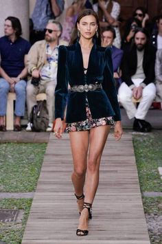 Etro Spring 2020 Ready-to-Wear Fashion Show Collection: See the complete Etro Spring 2020 Ready-to-Wear collection. Look 48 2020 Fashion Trends, Fashion Week, Fashion 2020, Love Fashion, Runway Fashion, Fashion Models, High Fashion, Fashion Show, Fashion Outfits