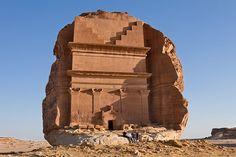 """Qasr al-Farid (""""Castelo Solitário"""", em português), o local possui uma estrutura inacabada que data do século I. Apesar de curioso, este é apenas um dos 131 túmulos monumentais espalhados pela região."""