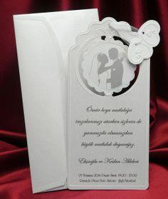 Invitatie de nunta eleganta cu miri in fereastra.