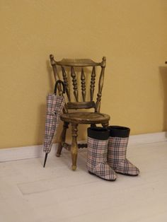I had a pair of black plastic boots. I pimped them up and now they look a bit better :) An umbrella is necessary too. Plastic Boots, Doll Shoes, Fashion Dolls, Dollhouse Miniatures, Tartan, Wicker, Burberry, Shoe Boots, Chair
