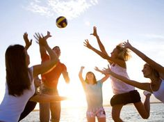 Que tal reunir os amigos agora à noite para aquela partida de vôlei na praia? O clima está ideal.