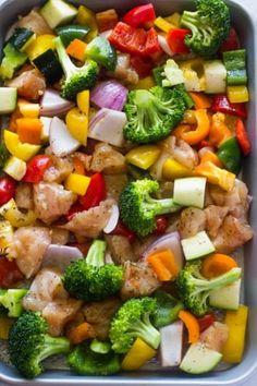 Cenas en cacerolas = la mejor cena para campeones. Y cortar el pollo en cubos primero hace que todo se termine de cocinar en 15 minutos. Lee la receta aquí.