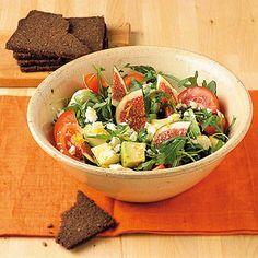Bunter Rucolasalat   Zutaten 500 g Rucola 4 Tomaten 4 frische Feigen 1 Bio-Zitrone 1 kleine Avocado 100 ml Gemüsebrühe 2 EL weißer Aceto balsamico Salz Pfeffer 1 EL Rapsöl 50 g Schafkäse 30 g Pumpernickel