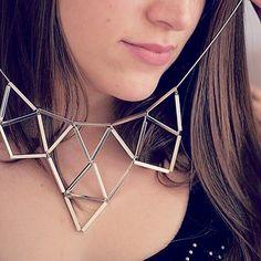 Tiens donc, je ne suis pas la seule qui a opté pour les bijoux graphiques aujourd'hui au bureau! @minutemaquillage on  ton magnifique collier! ∆∇∆ #LookDuJour #necklace #graphic #jewels #jewelry #gold #mtl #montreal #fashion #ootd #love #wow #onaime