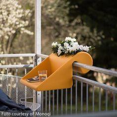 Kleiner #Balkon? Kein Problem! Von platzsparenden Klapptischen (Bild) bis zu #Sonnenschirmen, die flach an der Wand platziert werden können – wir zeigen Euch 16 praktische #Balkonmöbel!