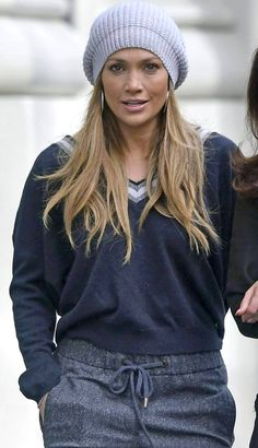 Pinterest: DEBORAHPRAHA ♥️ Jennifer lopez wearing a beanie and sweats #jlo #streetstyle