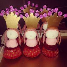 Bekijk de foto van sandrakikstra met als titel prinsessen traktatie  cupcake, 2 spekken, zuur matje en kroontje. alles op een sate prikker en klaar :) en andere inspirerende plaatjes op Welke.nl.