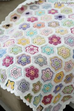 Crochet African Flower aka Paperweight blanket, notice 5 rounds, white background, jayg?   p i i p a d o o: Kesän lapsi