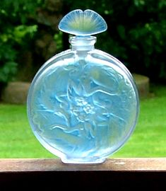 ROSACE FIGURINES Lalique  A beautiful rare perfume bottle with the fan shaped stopper. Excellent condition.  Date c1925