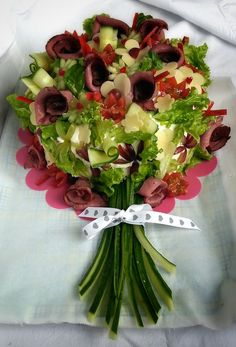 Cake bouquet decor platter welcome Cute Food, Good Food, Sandwich Cake, Food Garnishes, Edible Arrangements, Veggie Tray, Food Platters, Food Displays, Snacks Für Party