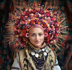 Las mujeres ucranianas traer de vuelta tradicionales coronas florales de mostrar orgullo nacional