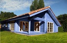 Imaginez une maison en bois colorée... Voir la vie en bleu