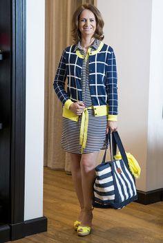 2. Druhý outfit vhodný napríklad aj na letnú prechádzku mestom sme objavili hneď vo vedľajšej predajni TOMMY  HILFIGER. Základ outfitu tvoria ležérne šaty so žltým opaskom doplnené károvaným svetríkom a topánkami na platforme v rovnakých farbách.