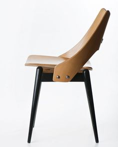 """Maria Chomentowska, """"Lung"""", chair, made by the Furniture Wing of the Industrial Design Institute in Warsaw, 1956, collections of the National Museum in Warsaw, photo: Michał Korta"""