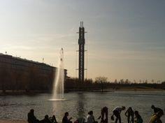 Der kleine See vor der Halle in Leipzig