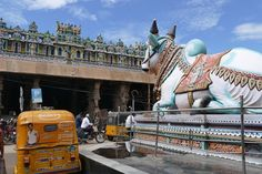 Madurai, Minakshi-Tempel, Nandi vor dem Osttor Madurai, The Incredibles, Indian, Places, Hinduism, Old Town, Temple, Spiritual, Travel Advice