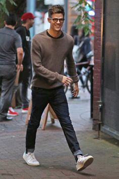 Grant Gustin The Flash: Grant Gustin llegando a la fiesta CW 'The Flash' and 'Supergirl' en Vancouver (Agosto Concessão Gustin, Flash Barry Allen, The Flash Grant Gustin, Supergirl And Flash, Celebrity Moms, Mens Fall, Men Street, Adidas Stan Smith, Winter Outfits
