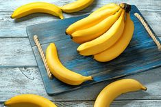 Are you dreaming to burn the fat and achieve that sexy flat stomach fast? Here we list the best 7 workouts to lose belly fat in the comfort of your home. Healthy Sleep, Healthy Foods To Eat, Healthy Recipes, Banana Health Benefits, Flat Stomach Fast, Banana Contains, Banana Madura, Best Fat Burning Foods, Eating Bananas