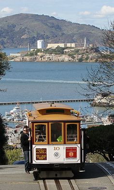 File:10 Cable Car on Hyde St with Alcatraz, SF, CA, jjron 25.03.2012.jpg