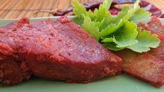 Pečená vepřová kýta s červeným kořením.