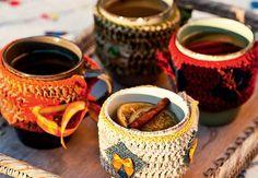Charme na festa: os copos de quentão têm protetores de crochê, feitos por Ciça Cordeiro