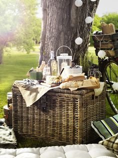 Celebrate warm weather outdoors with a picnic! From lunch boxes to cooler bags to the coziest blankets, click to see the top IKEA picnic picks!