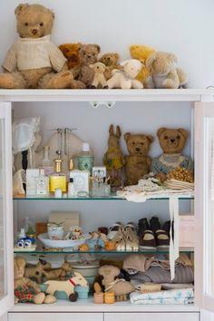ベッドルームのキャビネットの中は、テディベアや長男が履いていた靴など、思い出の品でいっぱい。夫の手作りのベアも。