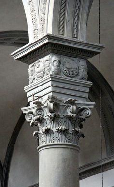 """Il Pulvino o Dado Brunelleschiano:  ~Generalmente è realizzato in ghisa. Un esempio di pulvino è apprezzabile nella chiesa di San Lorenzo a Firenze, del 1420 ca di Filippo Brunelleschi. Successivamente egli fece ricorso ad un ulteriore segmento di trabeazione definito (impropriamente) anche con il nome di """"dado brunelleschiano"""".~"""