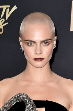 Actressmodel Cara Delevingne attends the 2017 MTV Movie And TV Awards at The Shrine Auditorium on May 7 2017 in Los Angeles California Wedding Hairstyles Short Hair, Cool Short Hairstyles, Best Short Haircuts, Popular Hairstyles, Celebrity Hairstyles, Hairstyles With Bangs, Short Hair Model, Short Hair With Bangs, Short Hair Cuts