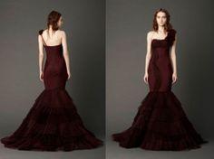 Vestido de novia estilo sirena de un hombro con detalles florales en color vino - Foto