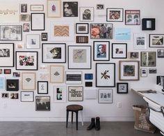 """Outro dia fiz um post, aqui, falando e mostrando opções de decoração com quadros apenas encostados em paredes, prateleiras, estantes e mesas. Ainda no mesmo tema, hoje separei fotos de paredes """"tomadas"""" por quadros. O que mais gosto é ver as diversas combinações que podemos fazer: desde agrupar os quadros por estilo e cores, caso …"""