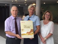 La representante de TUI en el hotel entrega a la dirección del Olimarotel Gran Camp de Mar el certificado de Tui Top Quality 2015. Die Vertreterin der TUI im Hotel übergibt der Direktion des Olimarotels Gran Camp de Mar die Tui Top Quality Urkunde 2015. The TUI representative in the Hotel delivers to the management of the Olimarotel Gran Camp de Mar the Tui Top Quality certifícate 2015.
