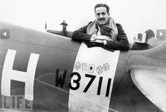 pilote de chasse américain Richard Fuller Patterson se penche sur la section de la queue de son Spitfire, Novembre 1941.Patterson était un membre de la deuxième Eagle Squadron à être formé par la RAF pour les bénévoles pilotes américains